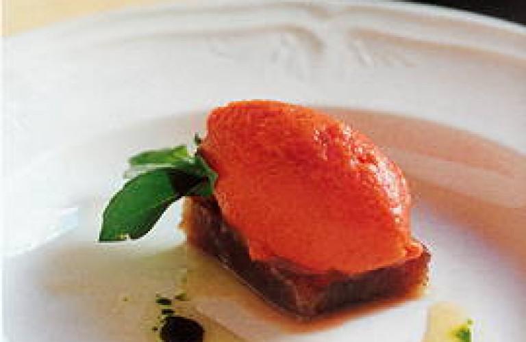 Sorbete de gazpacho con Geleé de manzana y atún de almadraba