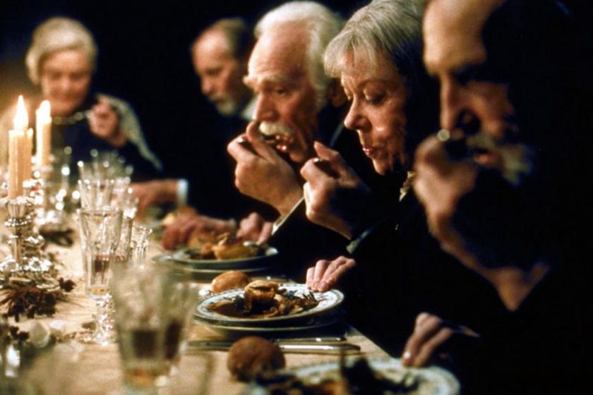 Tienen la mano en el plato hondo porque deslizan la sopa hacia el lado contrario al borde de la mesa. Parece lo más lógico.