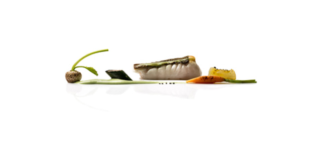 De otro planeta. Rodaballo al horno con arbequina ahumada y miniverduras (cebolla, berenjena, espárragos, zanahoria y patata) de temporada.