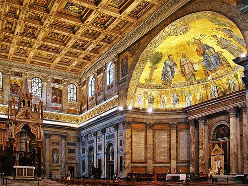 Papa Siricius. Consagró la basílica de San Pablo Extramuros, que había sido ensanchada por el emperador Teodosio I. El nombre del Pontífice se conserva todavía en una columna que no fue destruida por el incendio de 1823. Y fue también quien asumió para el obispado de Roma el nombre de «Papa», que se venía utilizando no de manera formal. A su muerte, en el 399, fue enterrado en la Cementerio de Priscila, en la Via Salaria.