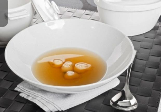Consomé con esferas de yema y trufa