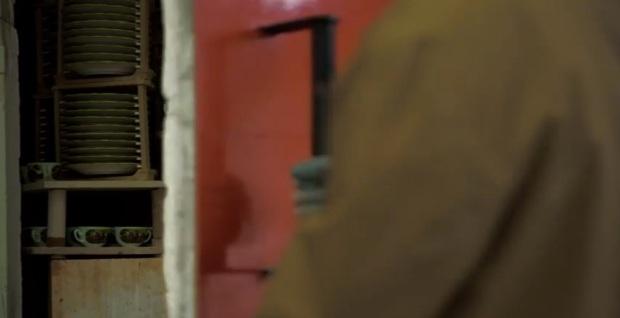 Cerrando puertas tras introducir los palés cargados de platos.