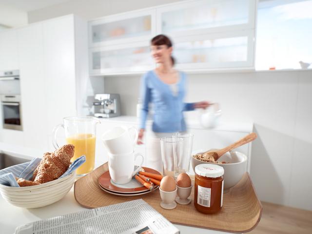 En el caso de que tengas que preparar la mesa, si te fijas, ha dejado la bandeja sobre la zona de 'preparación', justo debajo es donde están los cubiertos, etc...