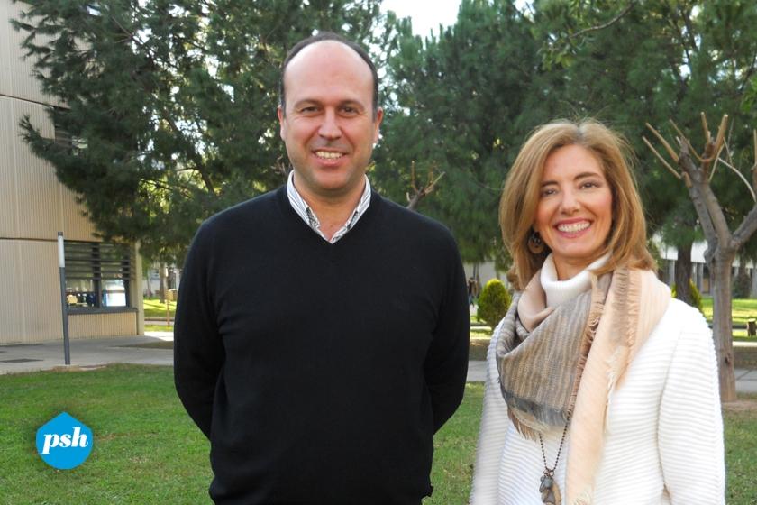 José Manuel y Pía en el jardín de la Universidad.