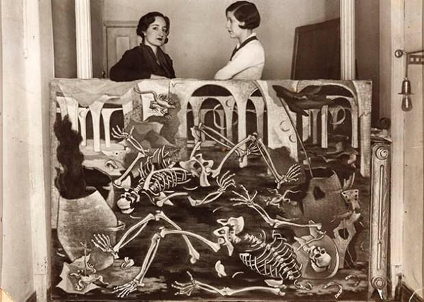 Maruja Mallo con Josefina Carabias, apoyada sobre su óleo 'Antro de fósiles', 1931