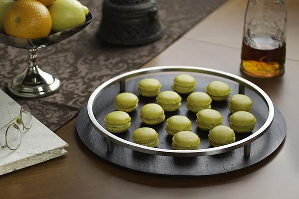 Platos de pizarra – Bandeja redonda con macarons.