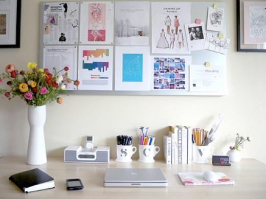 Para empezar a organizar, busca un sitio en casa agradable, con luz, pon orden n él, busca todo lo que te haga feliz y prepara ese rincón desde el cual saldrán las ideas, los calendarios, encargos, pedids, listas, proveedores, etc... topemprendedoras.com