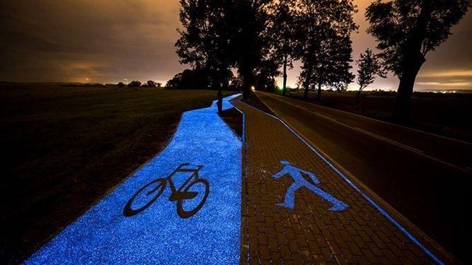 Esta alucinante vía para ciclistas se carga con el sol. Hecha con pintura fluorescente.(lainformacion.com)