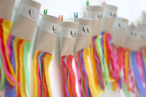 Con rollos de papel higiénico y tiras de papel pinocho. Añade una cuerda.(laloleblog.com)