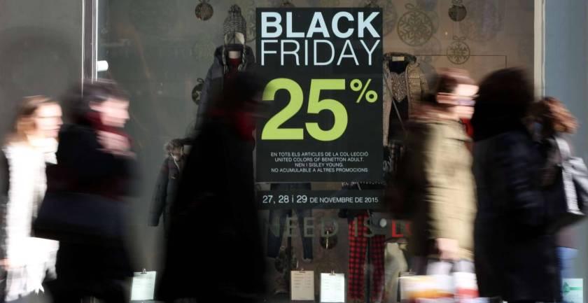 Un cartel anuncia descuentos del 25% por el 'Black Friday', en una foto de 2015. ALBERT GARCÍA