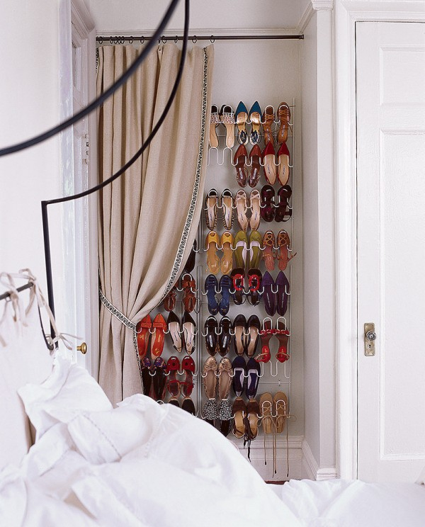 Zapatos organizados: Interesante forma en que se ha dado independencia al espacio destinado al calzado. Foto: Guía para decorar.