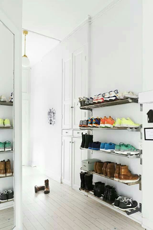Zapatos organizados: Estanterías de barras metálicas para calzado deportivo o batas.