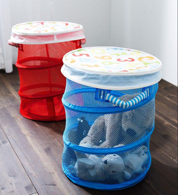 Estas espirales de malla son perfectas para tener organizados los balones y los juguetes. Foto: laescueladedecoracion.