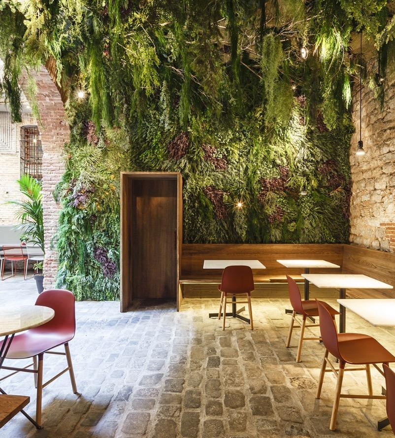 La conservación de todos los elementos originales, especialmente el patio de piedra, ayudan a imaginar el paso del tiempo. © Marcela Grassi