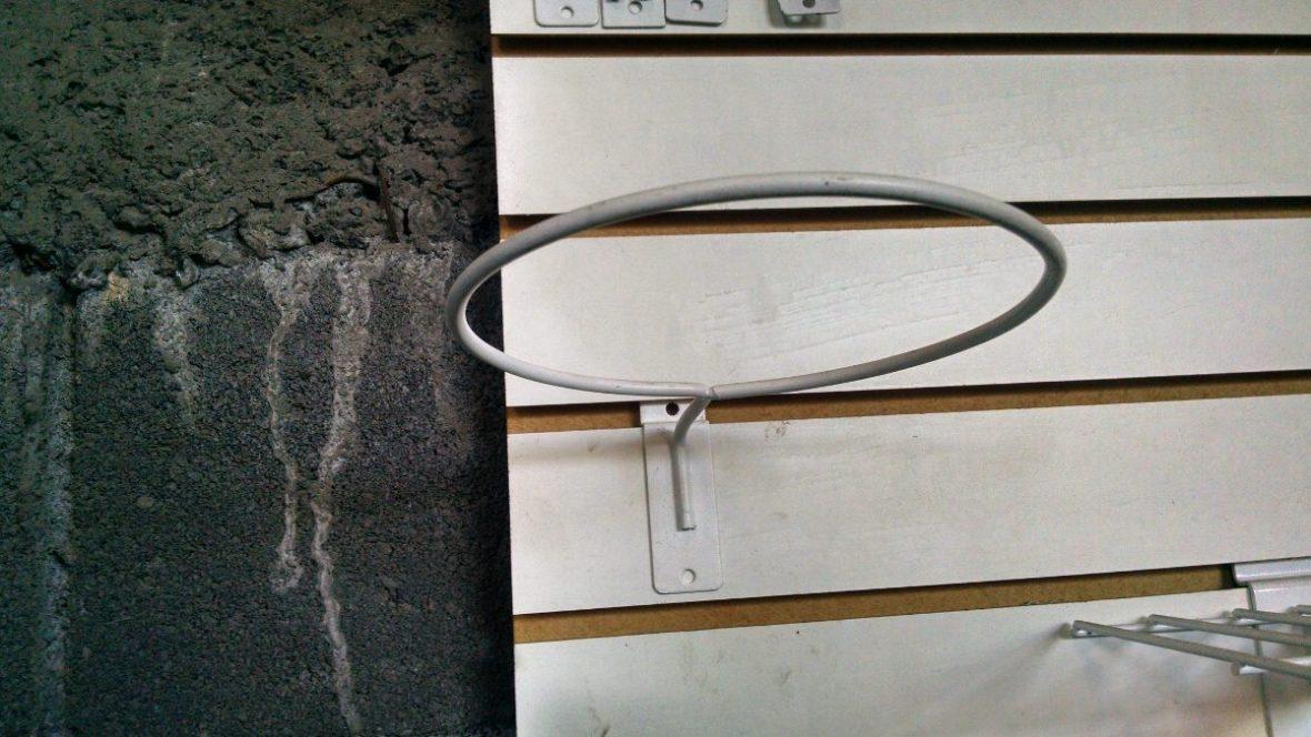 El gancho de toda la vida. Este o similar pueden colgarse dentro como en el garaje.