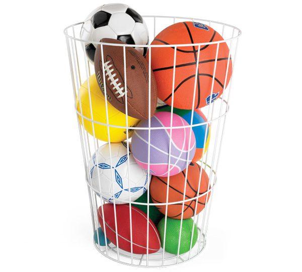 Una cesta para organizar los balones dentro de casa.