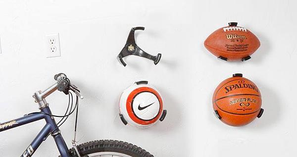 Balones organizados con soportes a la pared adaptables. Los puedes poner también en el capó del coche.