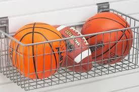 Una sencilla cesta colgada sirve para organizar los balones.