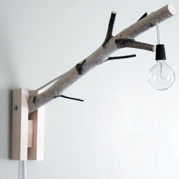 Muy bonita y simple idea. Me gusta la rama pero sobretodo cómo se encuentra con la madera contra la pared.
