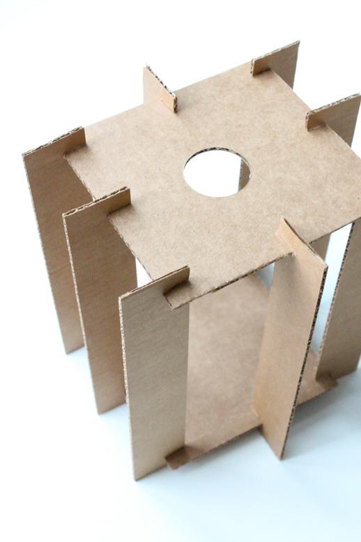 No desaproveches los trozos de cartón. Corta siguiendo el patrón, haz cortes de unión y pinta.