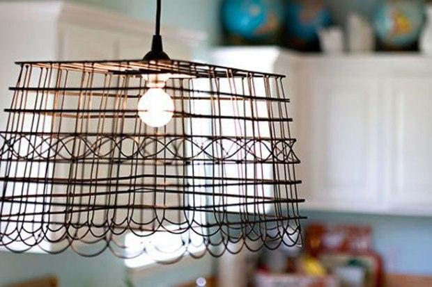 Esta lámpara proyecta líneas sobre las paredes que dan vitalidad a las estancias.