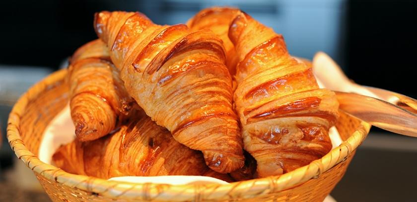 Croissant de mantequilla hojaldrado estilo francés.