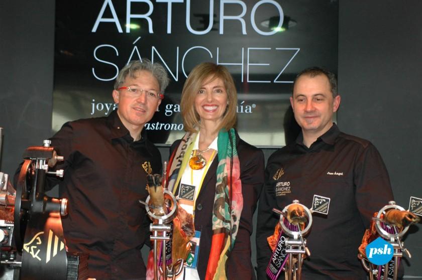 Pía con los integrantes del stand de Arturo Sánchez en Madrid