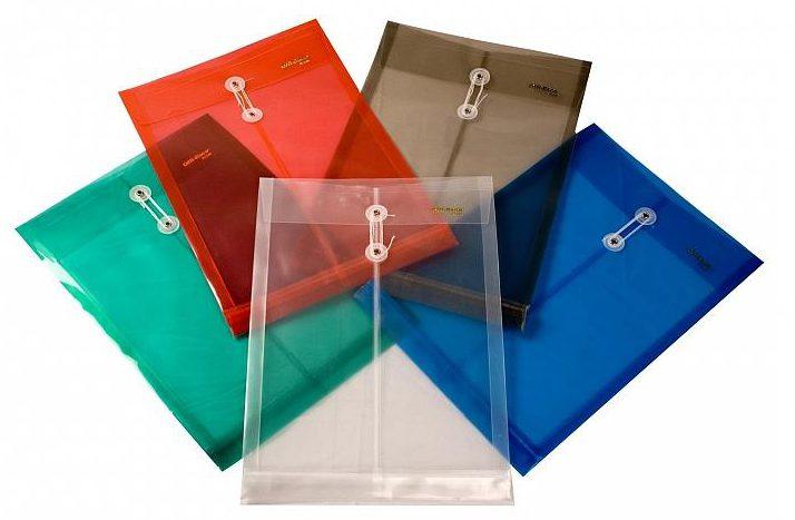 Categoriza por conceptos. Puedes utilizar estos sobres de plástico por colores transparentes. Son utilísimos para documentación. Foto: workstore.com