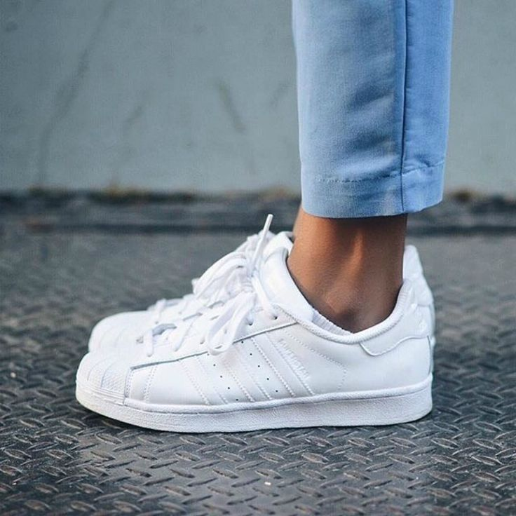 Las zapatillas blancas de piel son muy ponibles pero se ensucian con facilidad. La limpieza está al alcance de tu mano con unas toallitas de bebé. Foto: adidas.es