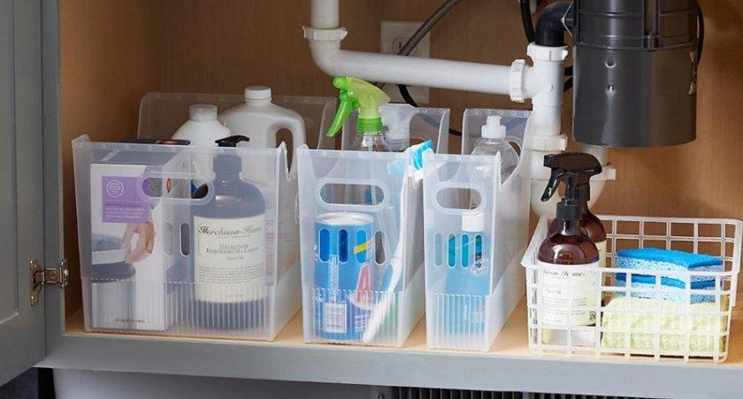 OPtimiza los espacio de debajo del fregadero para productos de limpieza de la vajilla.